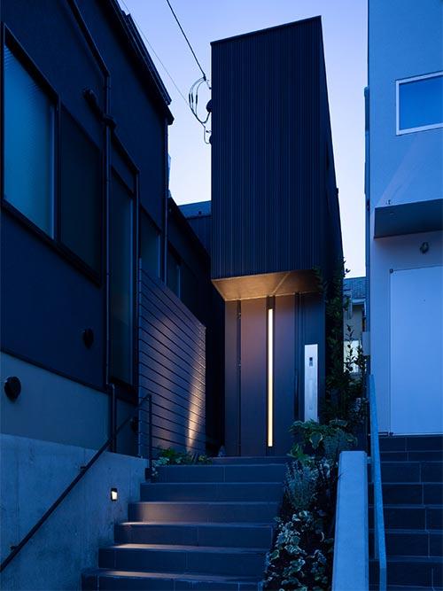 narrow house in tokyo japan